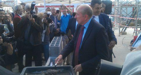 Gérard Collomb pose la première pierre d'Arterra (SDH/LPI)