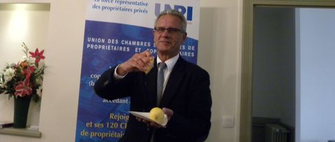 Gérard Forcheron presse symboliquement un citron pour s'élever contre la pression fiscale (SDH/LPI)